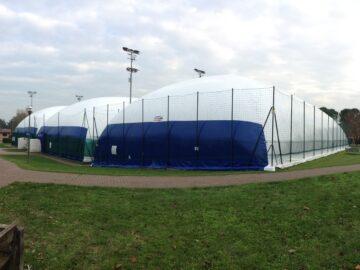 Pressostruttura su campo da tennis riscaldata e sostenuta con generatori Blowtherm